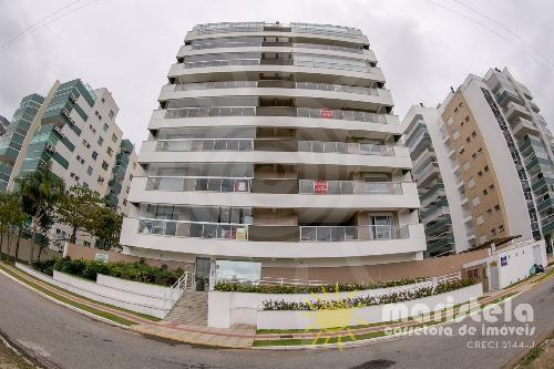 Apartamento de alto padrão em condomínio com piscina.