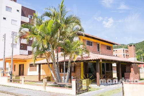 Casa com 03 dormitórios e amplo jardim.