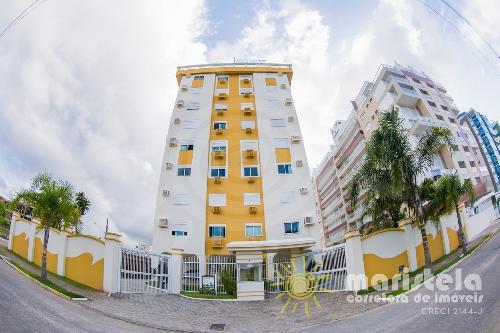 Apartamento em condomínio com piscina.
