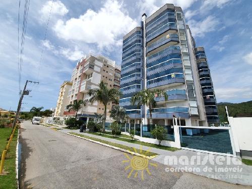 Apartamento com vista mar em condomínio com piscina.